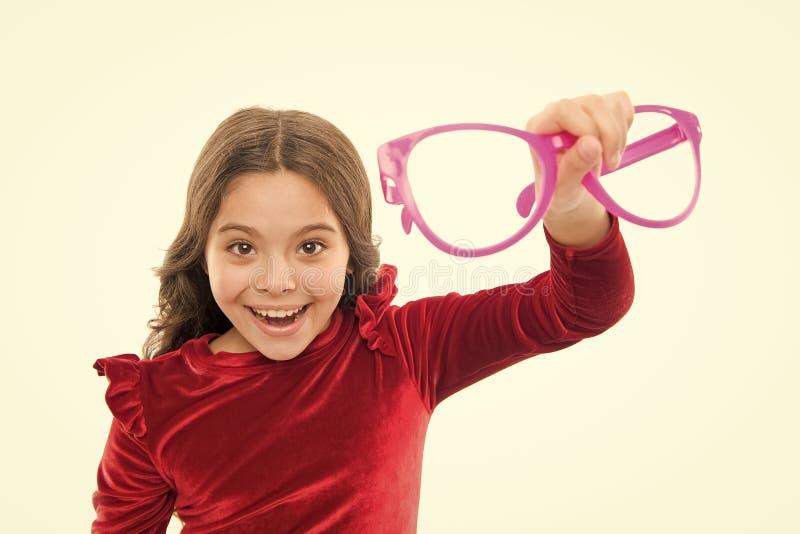 Bambino soddisfatto di buona vista Vista e salute dell'occhio Migliori la vista Bianco degli occhiali di usura del bambino della  fotografie stock libere da diritti
