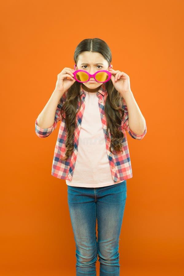 Bambino soddisfatto di buona vista Vista e salute dell'occhio Migliori la vista Occhiali di usura della ragazza Protezione ultrav immagini stock