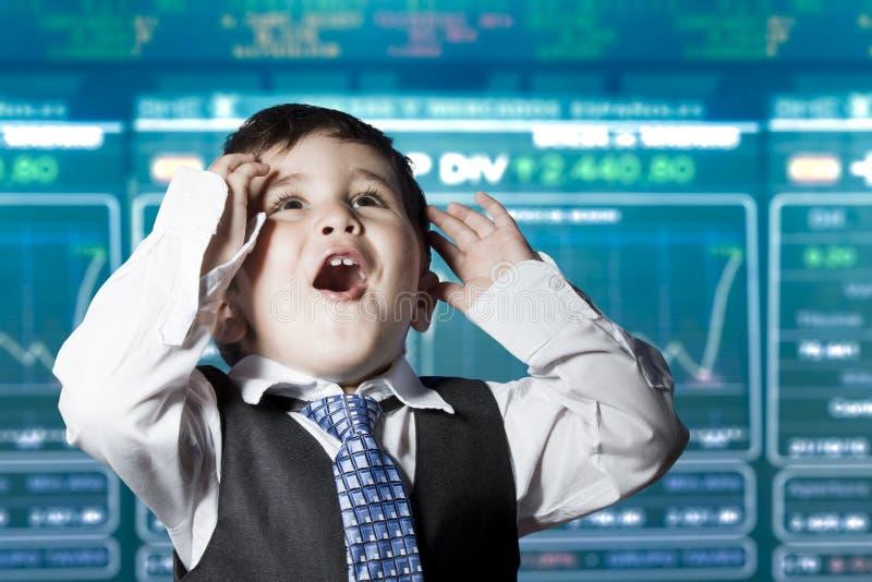 Bambino sorpreso dell'uomo d'affari in vestito, mercato azionario immagine stock