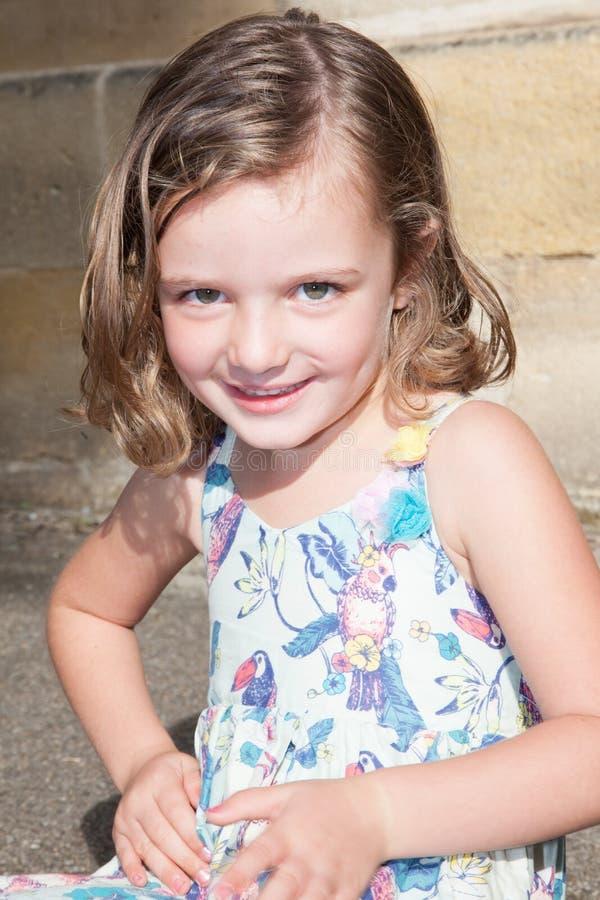 bambino sorridente adorabile della bambina in vestito all'aperto nel giorno di estate immagini stock libere da diritti