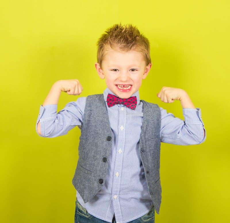 Bambino sorridente che mostra i muscoli fotografie stock