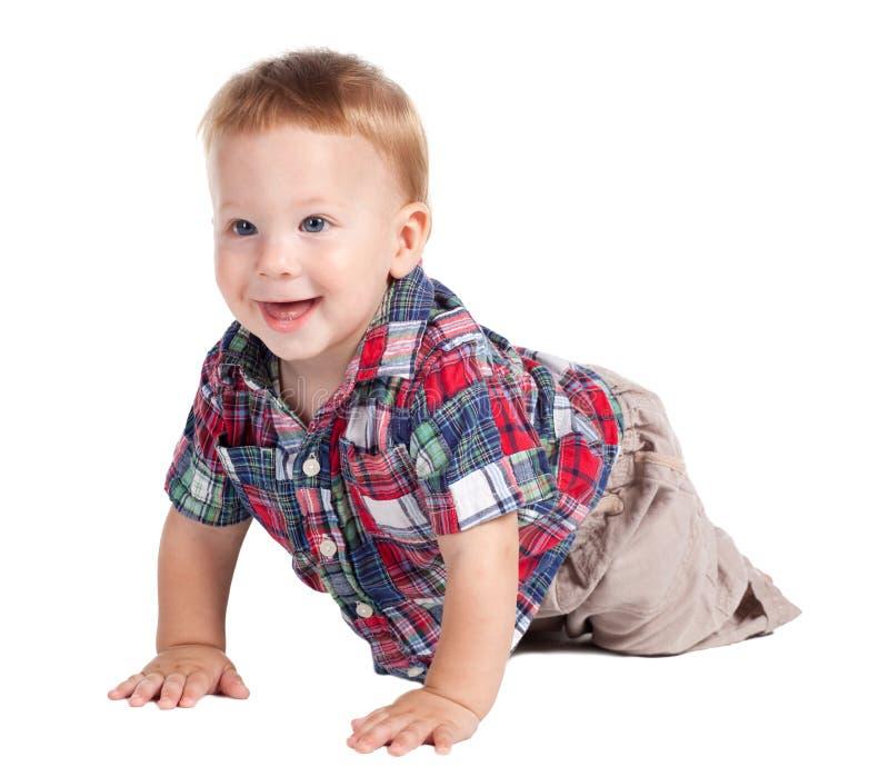 Bambino sorridente che striscia sul pavimento immagine stock libera da diritti
