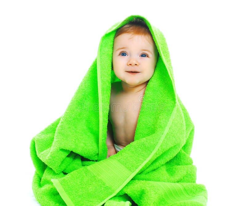Bambino sorridente sveglio sotto l'asciugamano verde intenso fotografia stock libera da diritti