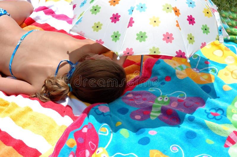 Bambino sotto l'ombrello immagine stock