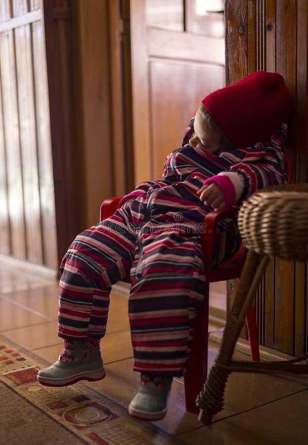 Bambino stanco da corsa con gli sci fotografia stock