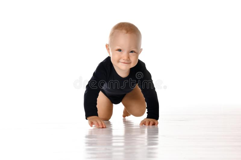 Bambino strisciante grazioso isolato su fondo bianco fotografia stock
