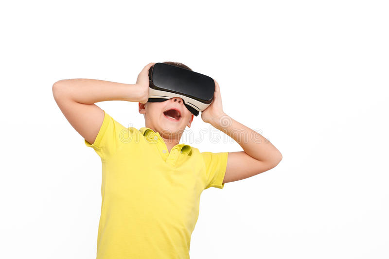 Bambino stupito che indossa i vetri di VR fotografie stock libere da diritti
