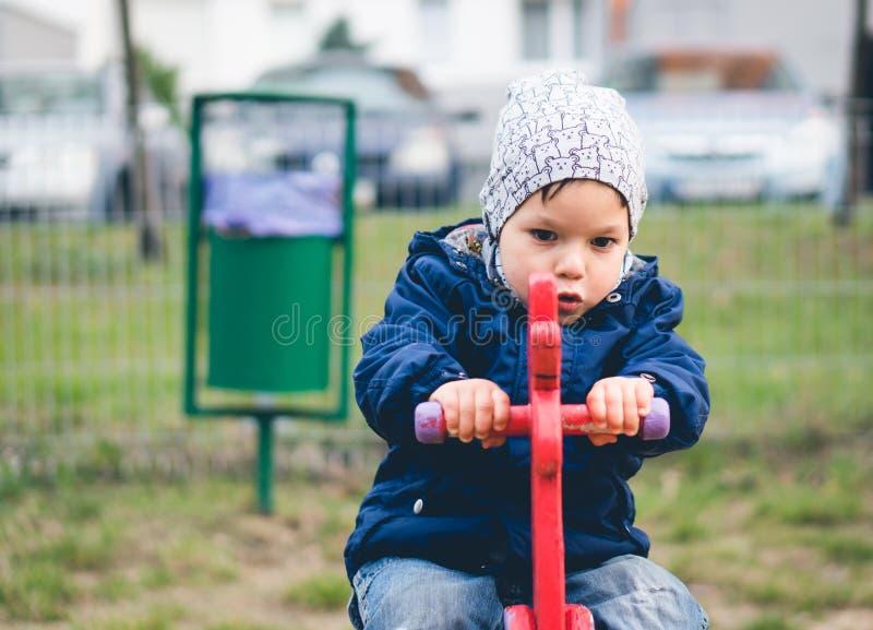 Bambino su un giro sulla molla fotografia stock