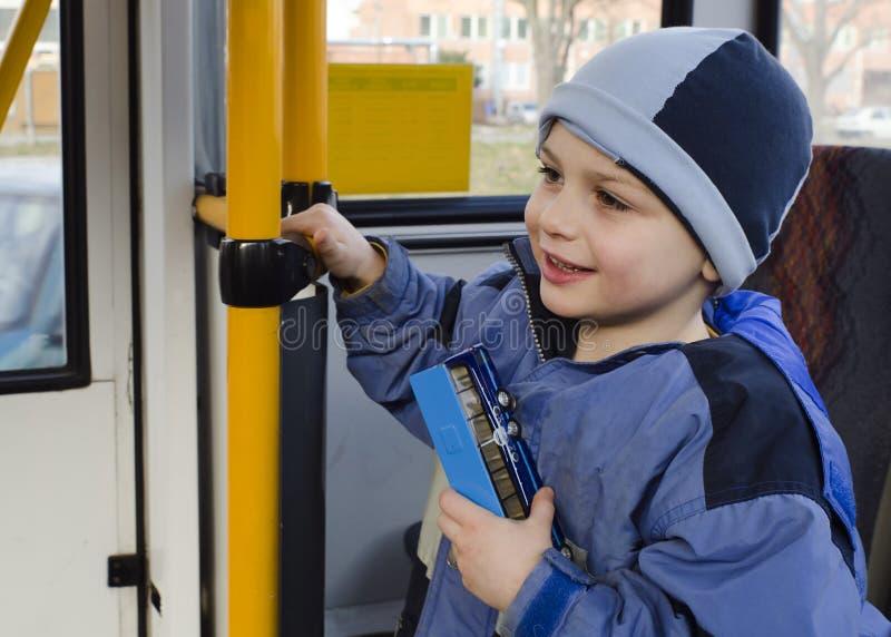 Bambino sul bus della città immagine stock