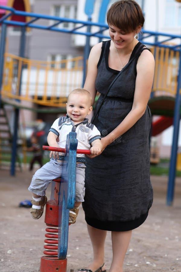 Bambino sul cavallo del giocattolo della sorgente fotografia stock libera da diritti