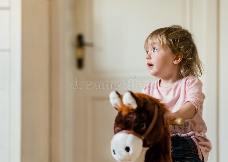 Bambino sul cavallo a dondolo immagini stock libere da diritti