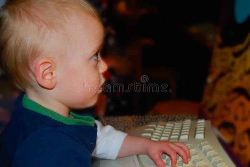 Bambino sul computer immagine stock