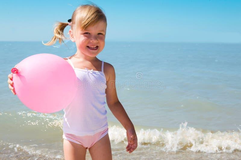 Bambino sul litorale del mare fotografie stock libere da diritti
