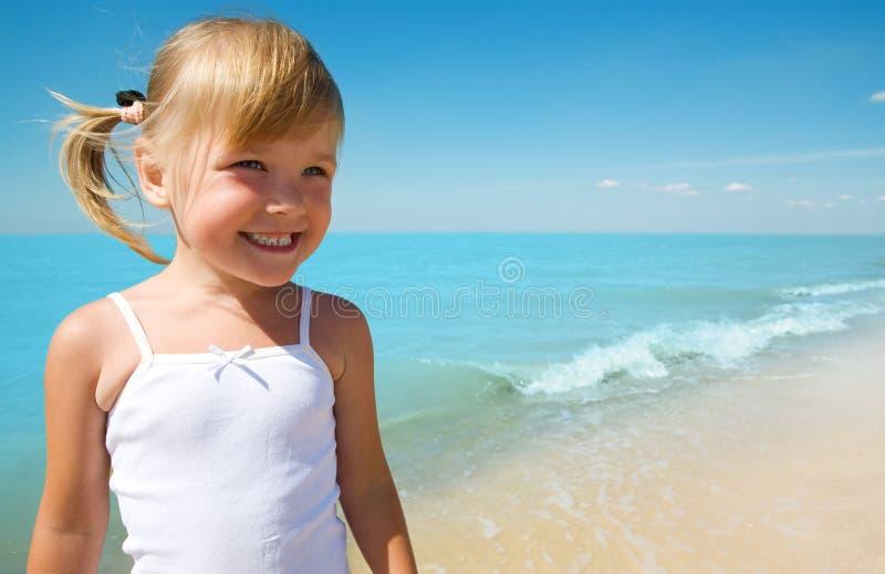 Bambino sul litorale del mare immagini stock