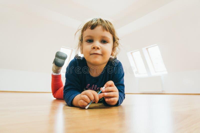 Bambino sul pavimento fotografia stock libera da diritti