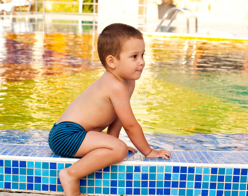Bambino sul poolside immagine stock libera da diritti