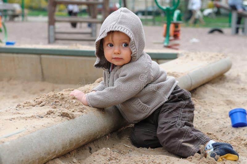 Bambino sul sandpit immagini stock libere da diritti