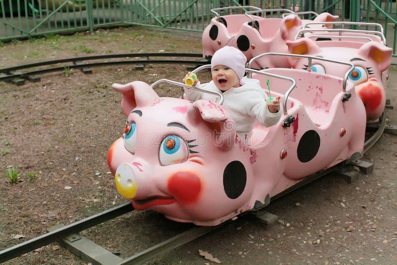 Bambino sul treno piggy nella sosta di intrattenimento immagini stock