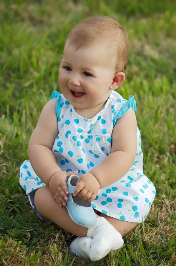 Bambino sull'erba fotografie stock libere da diritti