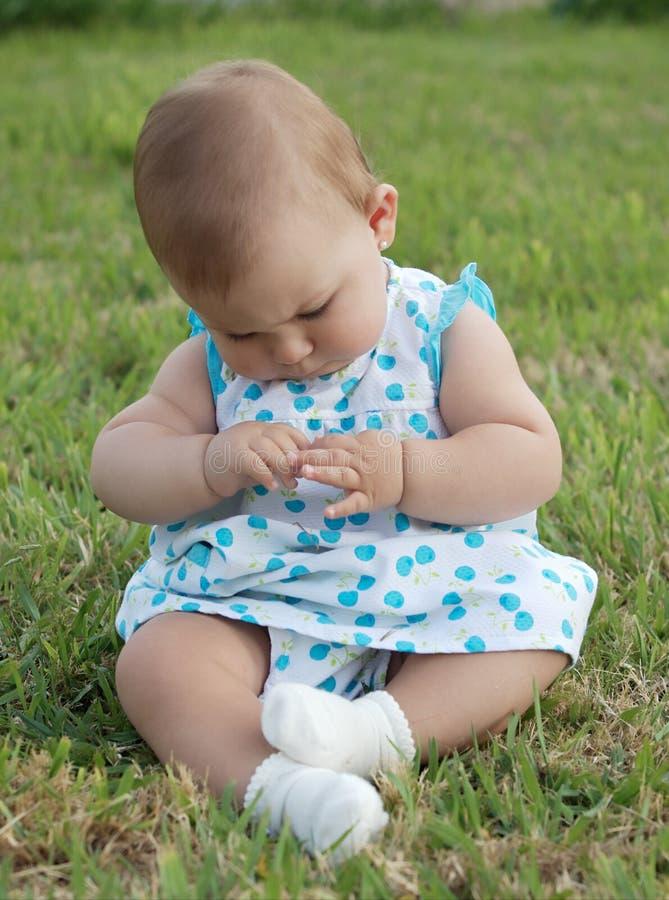 Bambino sull'erba fotografie stock