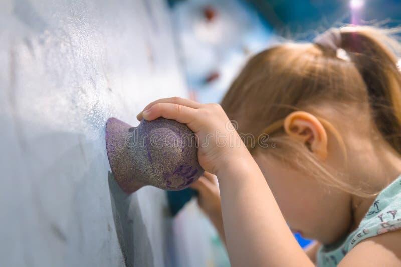 Bambino sulla parete rampicante fotografie stock libere da diritti