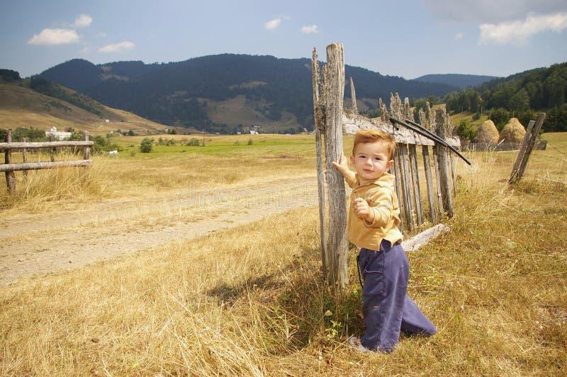 Bambino sulla strada campestre fotografie stock libere da diritti