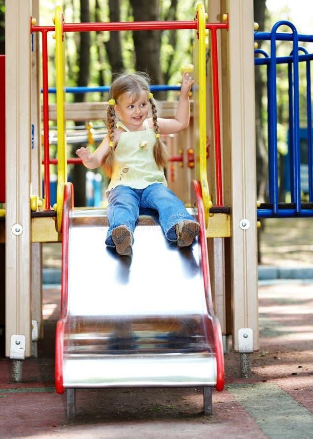 Bambino sulla trasparenza esterna in sosta. fotografie stock