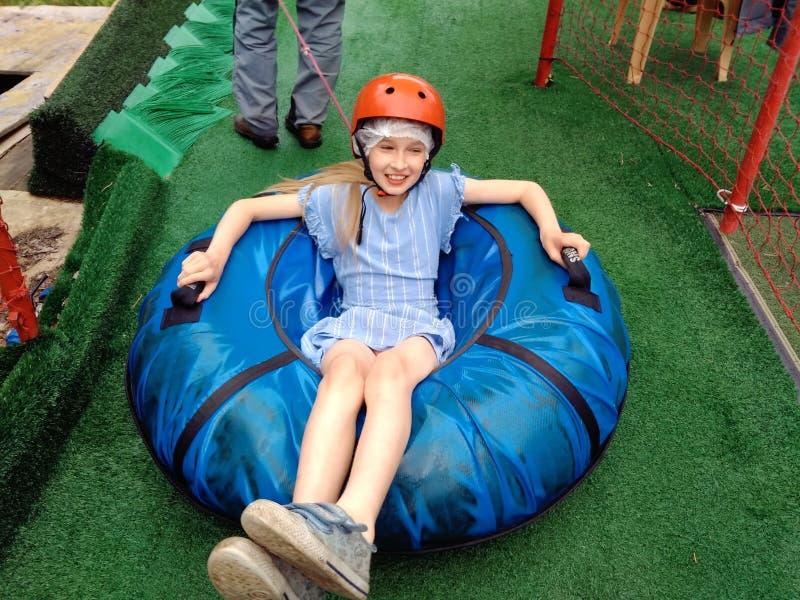 Bambino sulla tubatura di estate immagini stock libere da diritti