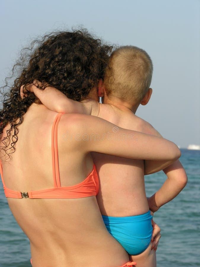 Bambino sulle mani della madre. fotografia stock libera da diritti
