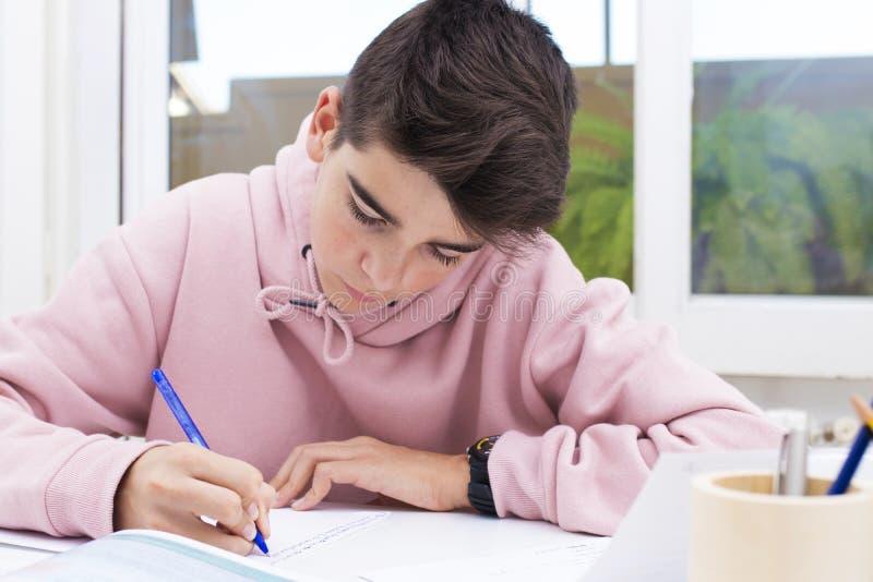 Bambino sullo scrittorio della scuola fotografie stock