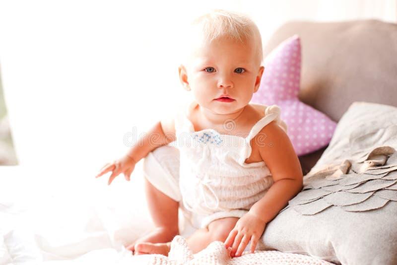Bambino sveglio all'aperto immagini stock libere da diritti
