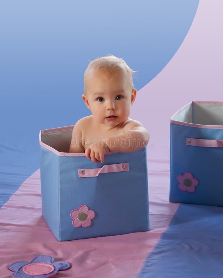 Bambino sveglio in casella blu (percorso di residuo della potatura meccanica incluso) immagine stock libera da diritti