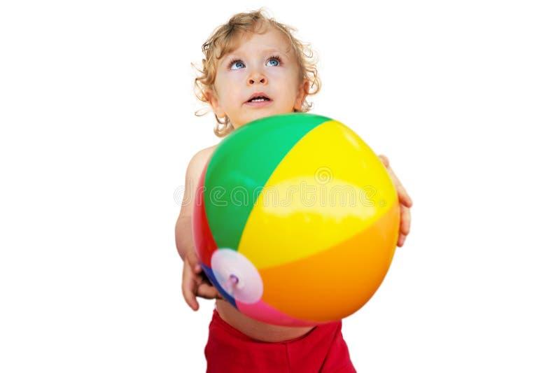 Bambino sveglio che gioca con la sfera immagini stock