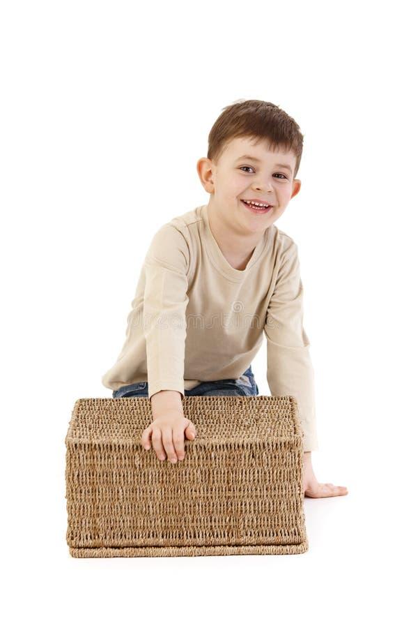 Bambino sveglio che gioca con sorridere del cestino fotografia stock