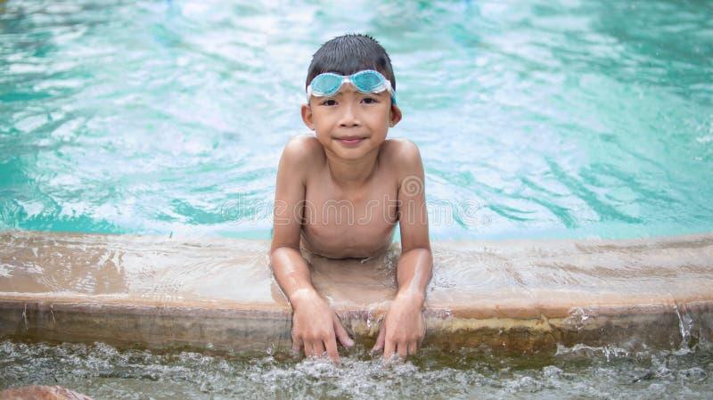 Bambino sveglio che gioca e che nuota sulle vacanze estive fotografie stock