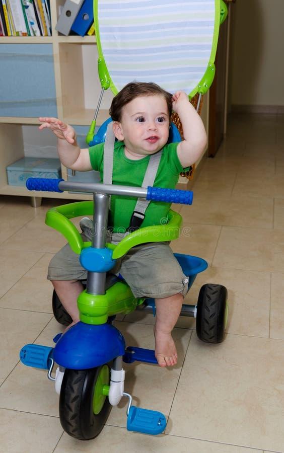 Bambino sveglio che guida un triciclo immagini stock libere da diritti