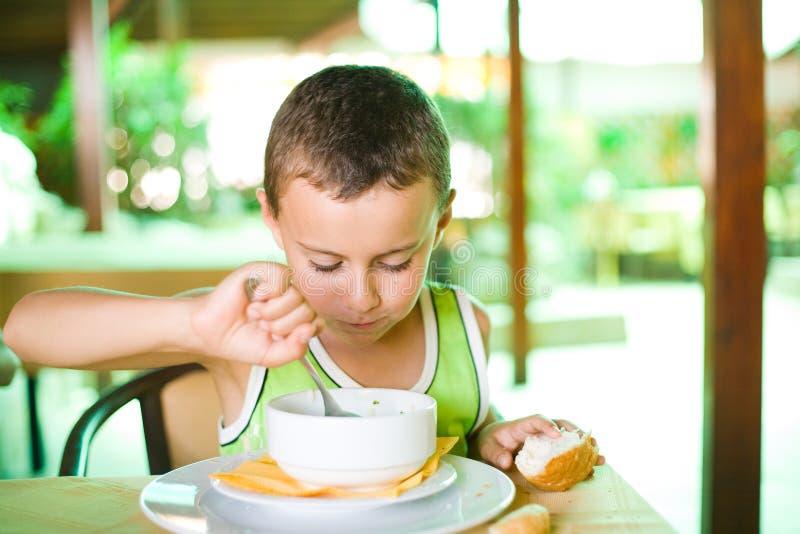 Bambino sveglio che mangia minestra immagine stock libera da diritti
