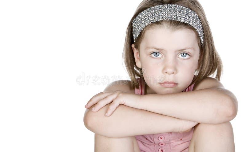 Bambino sveglio che osserva Pensively nella macchina fotografica fotografie stock libere da diritti