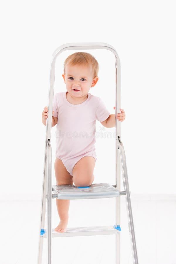 Bambino sveglio che scala sulla scala fotografia stock libera da diritti