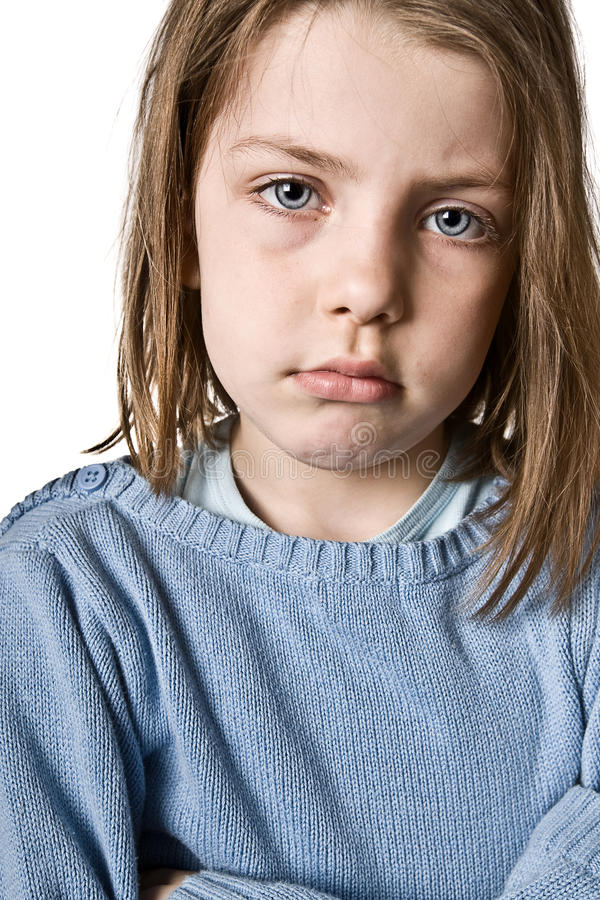 Bambino sveglio che Sulking contro il bianco fotografia stock libera da diritti