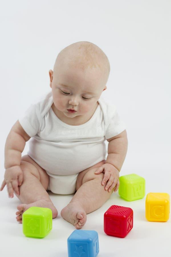 Bambino sveglio con i blocchetti del giocattolo fotografie stock libere da diritti