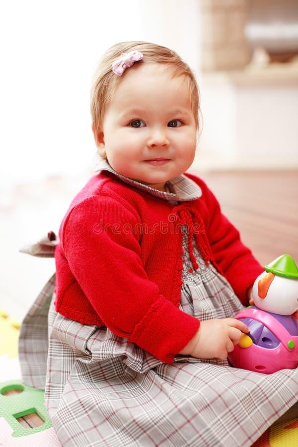 Bambino sveglio con il giocattolo fotografia stock libera da diritti