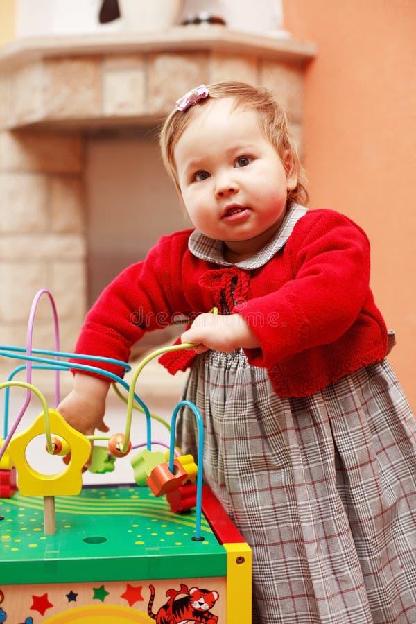 Bambino sveglio con il giocattolo fotografie stock libere da diritti