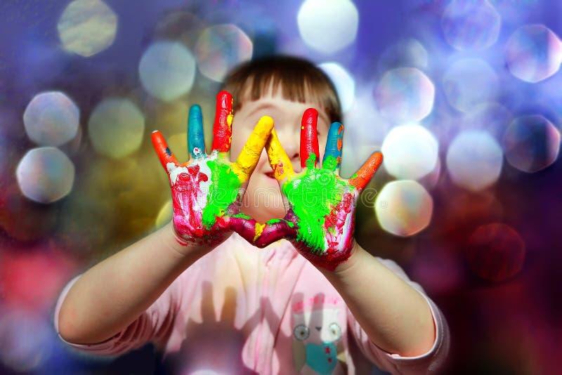 Bambino sveglio con le mani dipinte fotografie stock