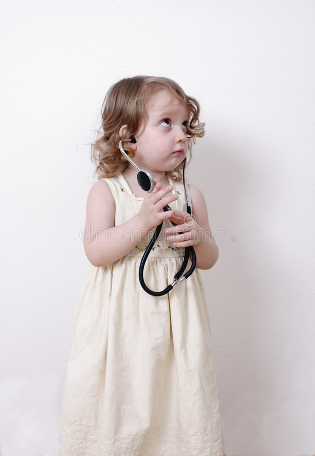 Bambino sveglio con uno stetoscopio fotografia stock