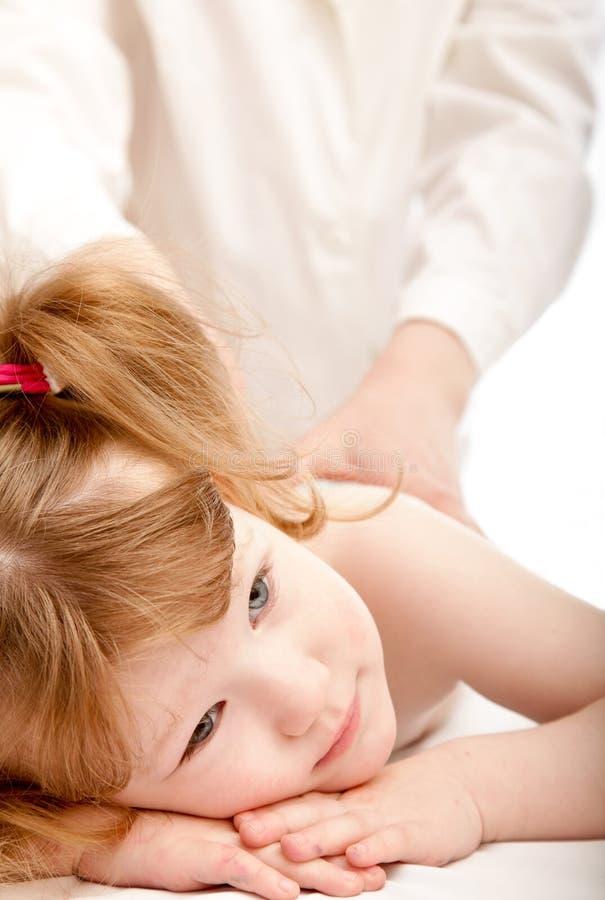 Bambino sveglio e un medico fotografia stock