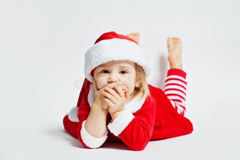 Bambino sveglio Santa su fondo bianco fotografia stock libera da diritti