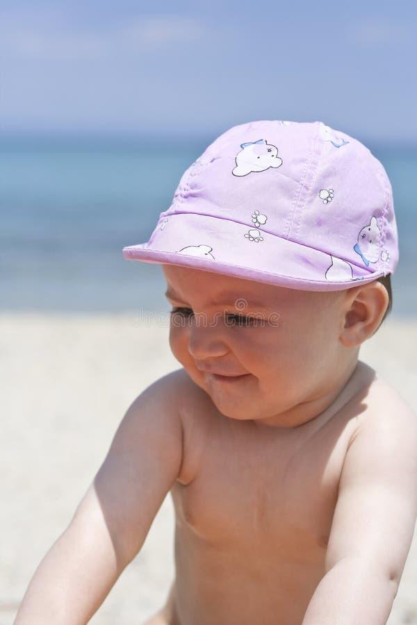 Bambino sveglio sulla spiaggia immagine stock libera da diritti