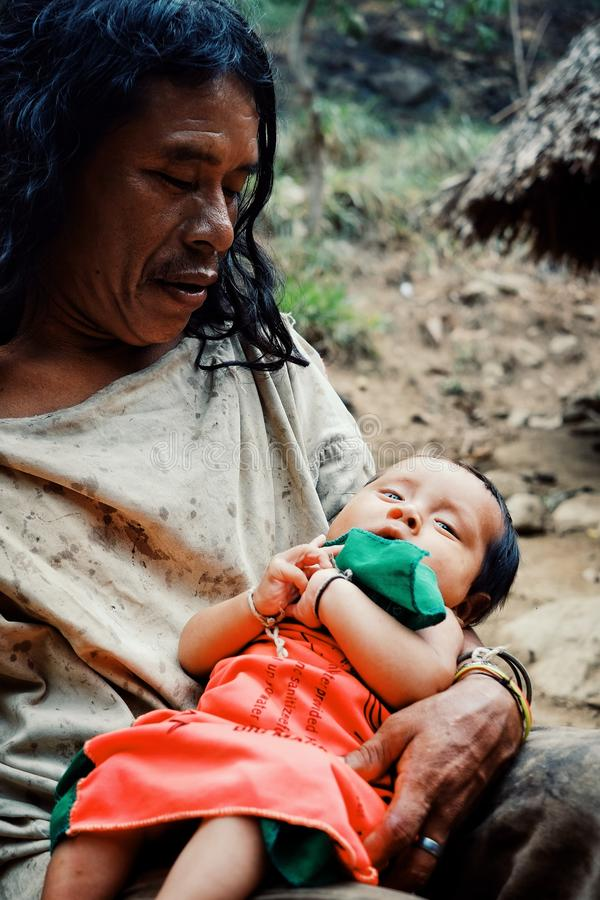 Bambino tribale di Kogi che fa lavanderia nella corrente vicina vicino alla loro casa immagine stock