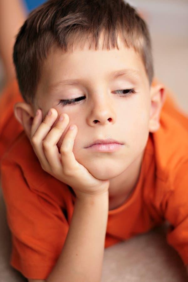 Bambino triste, annoiato, daydreaming fotografie stock